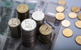 piles de roubles russes avec note photo