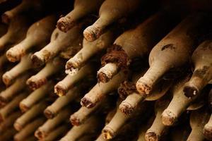 bouteilles de vin vintage en cave photo