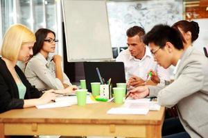 gens d'affaires ayant une réunion autour de la table photo
