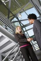 gens d'affaires se serrant la main sur l'escalier photo
