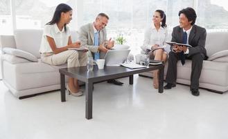 gens d'affaires travaillant dur assis photo