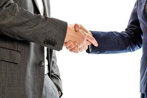 homme d'affaires détendu confiant se serrant la main