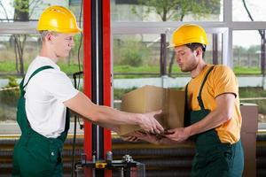 travailleurs de la logistique à l'entrepôt