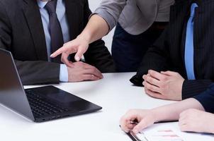 analyser les données informatiques lors d'une réunion d'affaires photo
