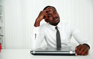homme d'affaires, assis sur son lieu de travail photo