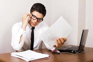 jeune homme d'affaires travaillant photo