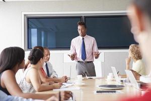 groupe de gens d'affaires réunis autour d'une table de réunion