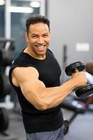 homme d'âge moyen, formation avec haltère photo