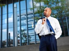 homme d'affaires africain mature à distance photo