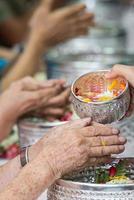verser de l'eau sur les mains des anciens vénérés photo