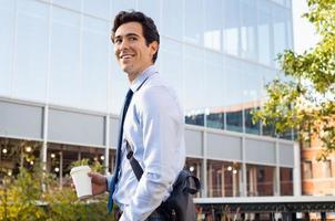 jeune homme d'affaires à l'extérieur photo