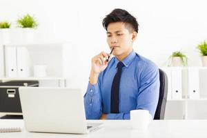 jeune, homme affaires, regarder, ordinateur portable, et, planification photo