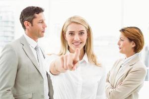 femme affaires, pointage, vous, collègues, bureau photo