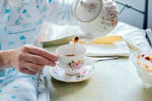 verser le thé: petit déjeuner au lit photo