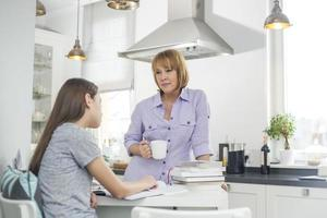 mère, avoir café, quoique, regarder, fille, étudier, dans, cuisine photo