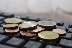 pièces de monnaie sur le clavier