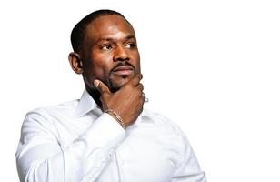 homme d'affaires africain ayant une idée photo