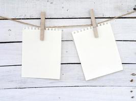 papiers à notes sur le fond de bois photo
