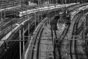 trains entrants en noir et blanc photo
