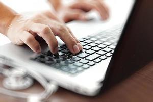 Médecin travaillant avec un ordinateur portable dans le bureau de l'espace de travail médical