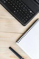 table de bureau avec ordinateur portable, stylo et smartphone photo