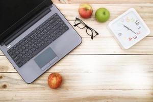frais généraux de table de bureau ou table d'étudiant avec ordinateur portable, photo