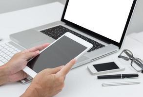 mains d'homme tenant la tablette avec fond d'ordinateur portable