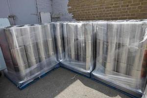 pile de boîtes à l'extérieur de l'entrepôt photo