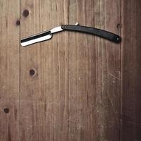 rasoir de salon de coiffure sur le fond de bois photo