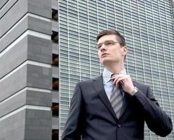 jeune homme d'affaires en milieu urbain