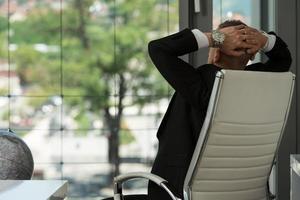 homme affaires, délassant, sien, mains, derrière, tête photo