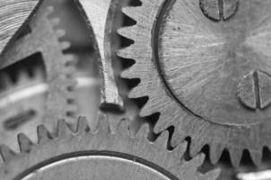 roues dentées en métal noir et blanc dans un mouvement d'horlogerie. macro photo