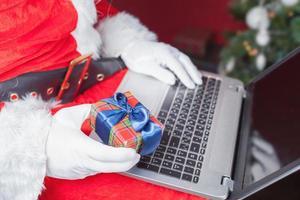 cadeau d'achat du père Noël par paiement en ligne via les services bancaires par Internet