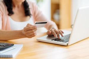 shopping avec carte de crédit photo