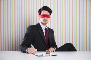 homme d'affaires les yeux bandés