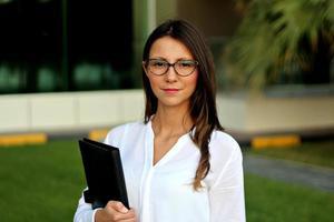 jeune femme d'affaires heureux. photo
