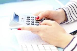 femme affaires, utilisation, calculatrice photo
