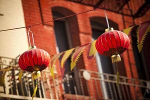 des lanternes en papier pendent dans le quartier chinois de san francisco photo