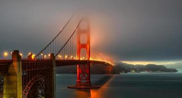 Illumination du pont du Golden Gate dans le brouillard, San Francisco