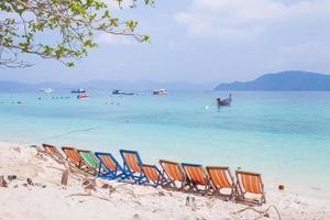 chaises de plage sur la plage photo