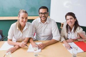 équipe d'affaires décontractée, souriant à la caméra lors de la réunion photo