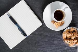 réunion d'affaires - café, biscuits, bloc-notes, stylo, photo