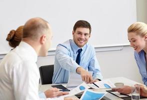 gens d'affaires avec des papiers réunis au bureau photo