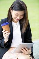 jeune, femme, asiatique, dirigeant affaires, utilisation, tablette photo