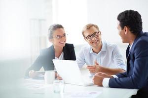réunion de petite entreprise avec un ordinateur portable