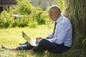 Allemagne, Bavière, homme d'affaires travaillant avec un ordinateur portable en plein air photo