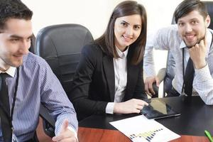 gens d'affaires ayant réunion du conseil