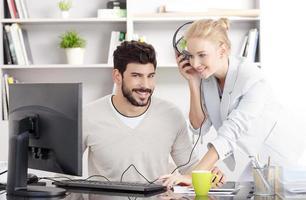 jeunes gens d'affaires travaillant au bureau photo