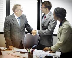gens d'affaires, poignée main, salutation, affaire, concept photo