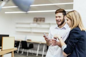 gens d'affaires s'amuser pendant la pause dans un bureau photo